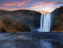Cascade à écriture ligne par ligne de Skogafoss en Islande Photo libre de droits