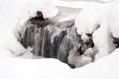 Cascade à écriture ligne par ligne en hiver Photographie stock