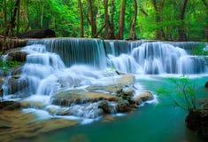 Cascade à écriture ligne par ligne profonde de forêt, Kanchanaburi, Thaïlande Photos stock