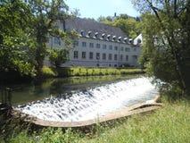 Cascade d'Artifitial sur la rivière au Luxembourg photo libre de droits