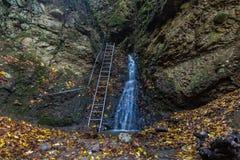 Cascade d'automne chez RAM-szakadek Photographie stock