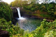 Cascade d'automnes d'arc-en-ciel de Majesitc dans Hilo, parc d'état de rivière de Wailuku, Hawaï Image stock