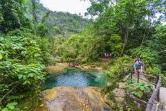 Cascade d'EL Nicho, située dans la sierra montagnes de del Escambray pas loin de Cienfuegos images stock
