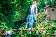 Cascade d'Orbaneja del Castillo au printemps images libres de droits