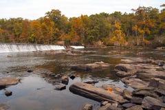 Cascade dans la forêt d'automne Photos libres de droits