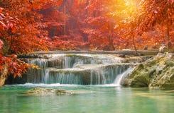 Cascade dans la forêt profonde au parc national de cascade d'Erawan Photo stock