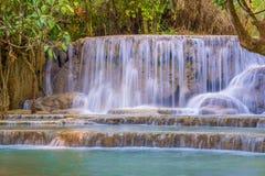 Cascade dans la forêt tropicale (Tat Kuang Si Waterfalls à l'éloge de Luang Photo stock