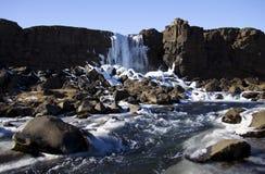Cascade dans la mi crevasse atlantique, Pingvellir, Islande Photos libres de droits