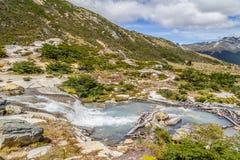 Cascade dans la traînée de Laguna Esmeralda avec des montagnes et le vegetati Image stock