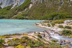 Cascade dans la traînée de Laguna Esmeralda avec des montagnes et le vegetati Photo libre de droits