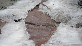 Cascade dans le froid d'hiver avec de la glace et la neige banque de vidéos