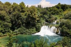 Cascade dans le lac de montagne en parc national de la Croatie en été photographie stock libre de droits