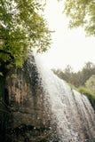 Cascade dans le lac de montagne et le parc vert dans Rascafria Image libre de droits