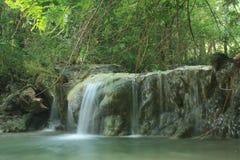Cascade dans le profond de la jungle image libre de droits
