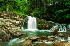 Cascade dans les Carpathiens ukrainiens Photographie stock