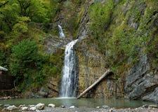Cascade dans les montagnes Image libre de droits