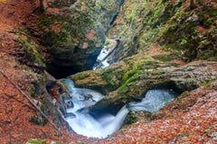 Cascade dans les montagnes, canyon de Galbena Images libres de droits