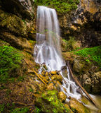 Cascade dans les montagnes du Caucase du nord Photographie stock