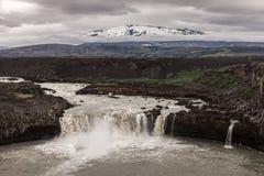 Cascade dans les montagnes volcaniques de l'Islande Photo libre de droits