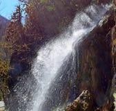 Cascade dans un montagneux et une surface bois?e photographie stock libre de droits