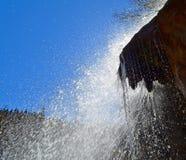 Cascade dans un montagneux et une surface bois?e photo stock