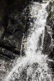 Cascade de cascade au-dessus des roches à Puerto Rico photos libres de droits