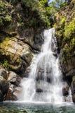 Cascade de cascade au-dessus des roches à Puerto Rico image stock