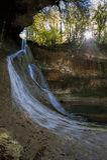 Cascade de Bariyalskiy dans la forêt tropicale verte de buis en l'Abkhazie Photographie stock