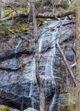 Cascade de cascade cachée de montagne photos libres de droits