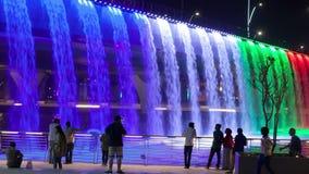 Cascade de canal de l'eau de Dubaï banque de vidéos