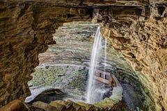 Cascade de caverne à la gorge de Watkins Images libres de droits