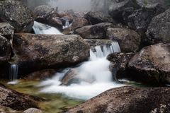 Cascade de courant de potok de Studeny, Slovaquie Photos stock