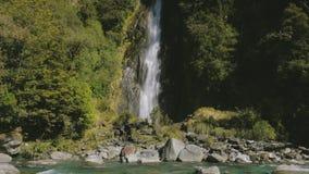 Cascade de crique de tonnerre, parc national aspirant de Mt, passage de Haast, île du sud, Nouvelle-Zélande banque de vidéos