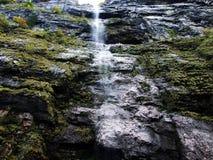 Cascade de Darlibachfall dans la vallée de Klontal et à côté de lac Klontalersee images stock