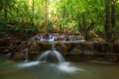 Cascade de Dreammy avec la lumière du soleil dans la forêt image libre de droits