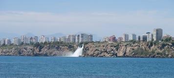 Cascade de Duden comme vu de Lara Beach à Antalya, Turquie Photo libre de droits