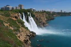 Cascade de Duden et la ville d'Antalya, en Turquie Images stock