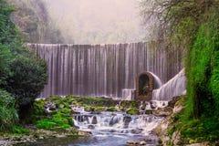 Cascade de Feiyun dans la tache scénique de Zhangjiang, Libo, Chine Images stock