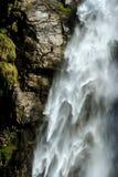 Cascade de cascade, fond naturel de l'eau Belle texture détaillée d'écoulement de l'eau et de pierre humide image libre de droits
