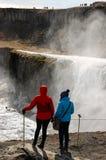 Cascade de Gullfoss, jet, touristes, femmes, Islande Images libres de droits