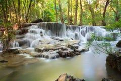 Cascade de Hui Mae Khamin dans la forêt profonde, Thaïlande Photos stock