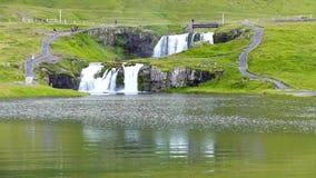 Cascade de Kirkjufellsfoss en été de l'Islande banque de vidéos