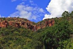 Cascade de l'eau au-dessus du bord de falaise Images libres de droits