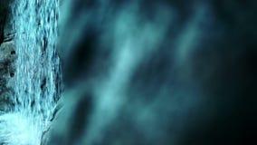Cascade de l'eau entrant dans le mouvement lent Cascade sur le fond pierreux clips vidéos