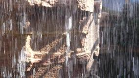Cascade de l'intérieur de vue sur le canyon de roches banque de vidéos