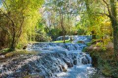 Cascade de la forêt en automne Images libres de droits