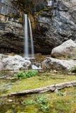Cascade de médisance de roche de falaise solide de chaux Photo libre de droits