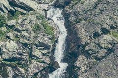 Cascade de montagne dans les roches Images stock