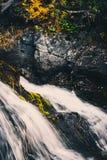 Cascade de montagne dans les roches Image libre de droits