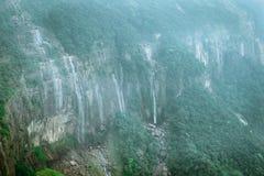 Cascade de cascade ou d'eau Courants tombant vers le bas des roches de montagne Fond extérieur de voyage saisonnier naturel photo stock